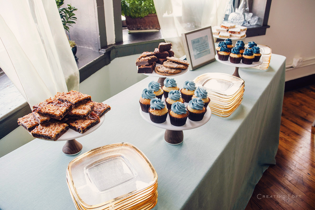 blue-sweets-table-cupcakes-woodstands